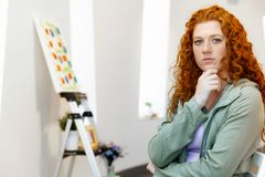 绘画美术画廊前面的年轻白种人妇女  免版税库存照片