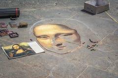 绘蒙娜丽莎的街道艺术家在佛罗伦萨,意大利 图库摄影
