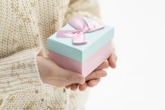 给一个礼物盒 库存图片