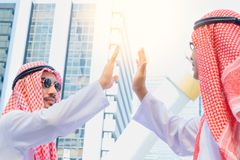 给上流五的阿拉伯沙特酋长管辖区商人他的事务 库存照片