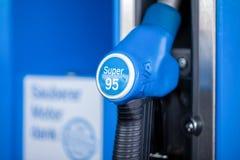 给与超级95汽油的分配器加油,从阿拉尔市加油站 库存照片