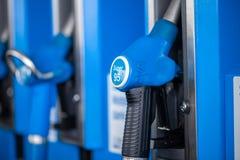 给与超级95汽油的分配器加油,从阿拉尔市加油站 免版税库存照片