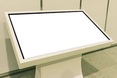 给与LCD电视的立场做广告 显示信息,给项目做广告 与拷贝空间的Putoy白色显示器 图库摄影