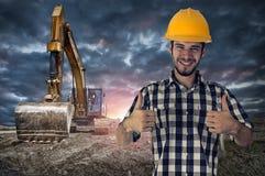 给两翘拇指标志的建筑工人 免版税库存照片