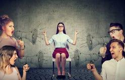 给予注意对叫喊的恼怒的人民人群的思考的女实业家  免版税库存照片