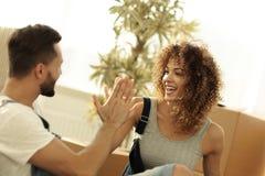 给五与一个新的家的年轻夫妇 免版税库存图片