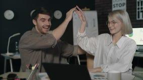 给五的企业夫妇在黑暗的办公室 庆祝成功的激动的队 股票视频