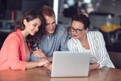 给介绍的投资顾问一对友好的微笑的年轻夫妇供以座位在她的书桌在办公室 库存照片