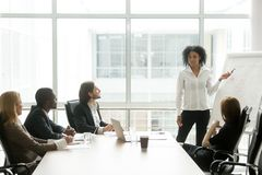 给介绍的非裔美国人的女实业家执行委员 免版税库存照片