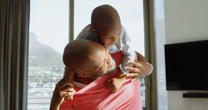 给他的儿子肩扛的父亲在一个舒适的家4k 影视素材