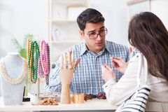 给价格估计的卖主jewelery的妇女 免版税库存照片