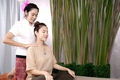 给传统泰国按摩的专业治疗师woma 免版税图库摄影