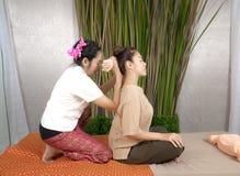 给传统泰国按摩的专业治疗师woma 免版税库存照片