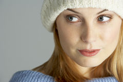 给佩带的冬天妇女年轻人穿衣 库存图片