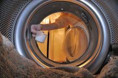 给内部洗衣机穿衣 免版税图库摄影