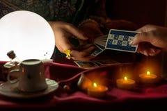给占卜用的纸牌的妇女算命者妇女 免版税图库摄影