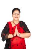 给印第安传统妇女穿衣 库存照片