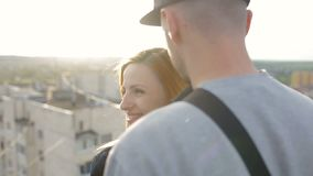 给喜爱的愉快的年轻美好的时髦的夫妇房子的屋顶的每个朋友 股票录像