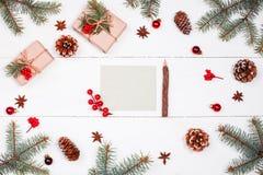 给圣诞老人的信件在与圣诞节礼物的假日背景,冷杉分支,杉木锥体,红色装饰 Xmas和新年快乐com 库存照片