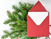 给圣诞老人的圣诞节信件在信封 免版税库存照片
