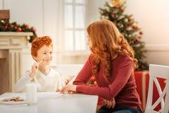 给圣诞老人的正面重视的家庭文字信件 免版税库存图片