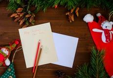 给圣诞老人的纸信件在一张木桌上 免版税图库摄影