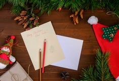 给圣诞老人的纸信件在一张木桌上 免版税库存照片