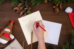 给圣诞老人的纸信件在一张木桌上 库存图片