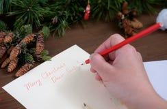 给圣诞老人的纸信件在一张木桌上 免版税库存图片