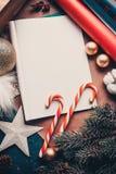 给圣诞老人项目、圣诞装饰和焦糖的一封信件 顶视图 免版税库存照片