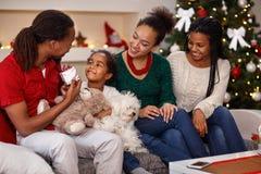 给圣诞节的父亲被预先设定他的女儿 库存照片