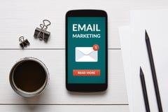 给在巧妙的电话屏幕上的营销概念发电子邮件有办公室对象的 免版税库存照片