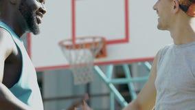 给在篮球场,慢动作的活跃不同种族的朋友上流五 股票视频