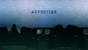 给在纸片围绕做广告的词键入在老打字机音频的 股票视频