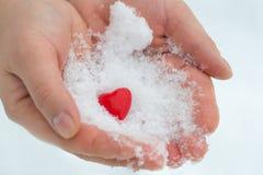 给在雪的手心脏,华伦泰` s天,捐赠题材  免版税库存照片