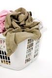 给坏的洗衣店穿衣的篮子 库存照片
