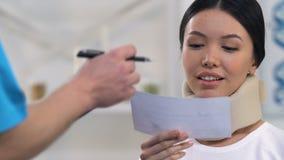 给处方泡沫子宫颈衣领的感恩的妇女,健康的治疗师 影视素材