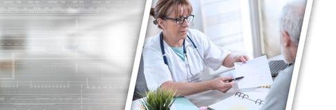 给处方的女性医生她的患者;全景横幅 库存图片