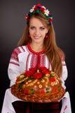给大面包来回乌克兰妇女年轻人穿衣 免版税库存图片