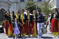 给夫人传统土耳其穿衣 免版税库存图片