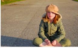 给女孩冬天穿衣 免版税库存图片