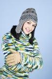给女孩愉快的冬天年轻人穿衣 免版税库存照片