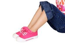 给女孩穿衣少许作用鞋子 免版税库存照片