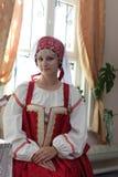 给女孩老俄语穿衣 图库摄影