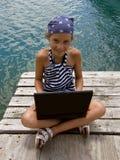 给女孩膝上型计算机海军陆战队员穿&# 免版税库存图片