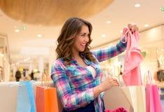 给女孩购物穿衣 库存照片