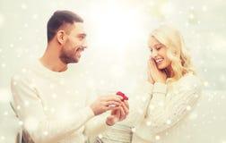 给妇女圣诞节的人定婚戒指 库存图片