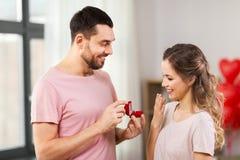 给妇女定婚戒指的人在情人节 图库摄影