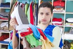 给妇女年轻人穿衣 免版税库存图片