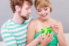 给妇女礼物盒的年轻人 免版税库存照片